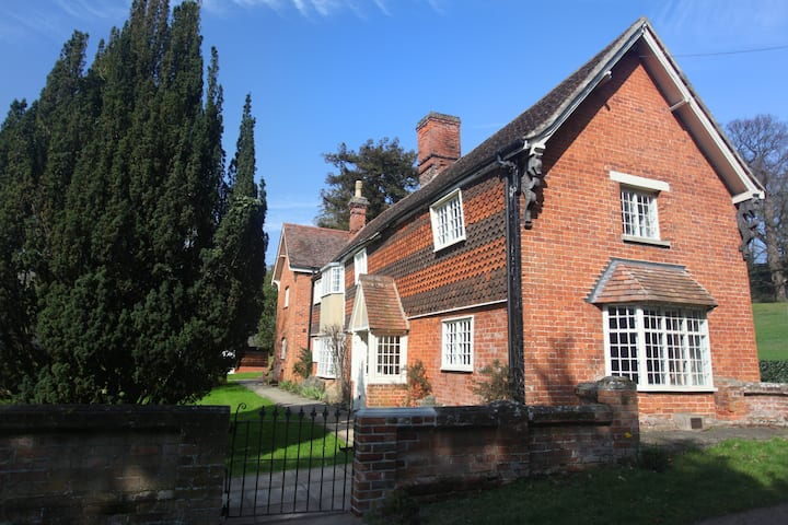The Medieval Lodge - Hedingham Castle