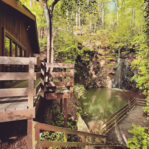 Chestnut Lodge w/pvt waterfall next to Nat' Park
