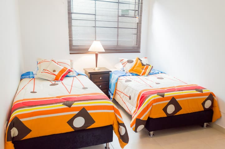 Twin bedroom in San Antonio - Cali - Casa de hóspedes