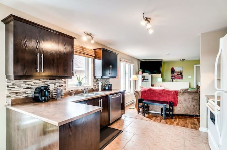 Quiet, Bright & Luxurious Condo with Parking