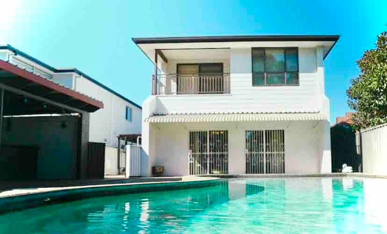 **COMFY COUCH + FUN BEACH HOUSE + CLOSE TO AIRPORT