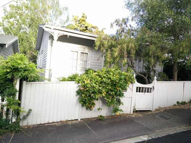 1930s cottage, central, February - Auckland - House