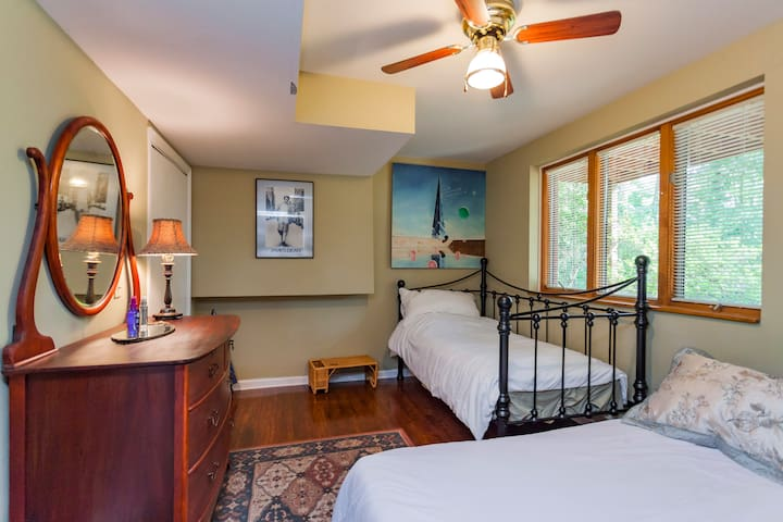 quiet comfortable room in a beautiful tranquil house. - Franklin - Hus