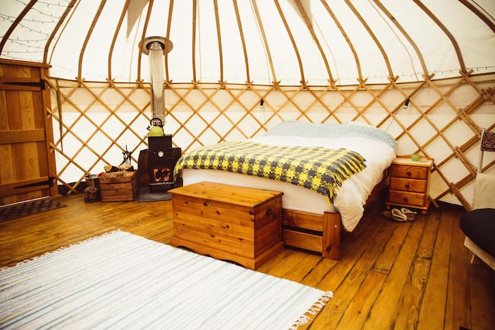 Round the Woods - Hazelnut Yurt