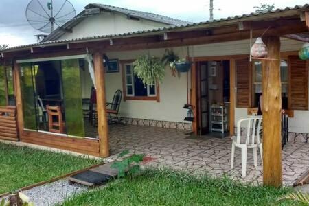 Casa rústica e cabana p/ o aconchego de amigos.