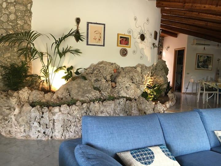 Incantevole villa di pietra a due passi dal mare
