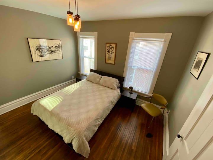 Classic Second-Floor Olde Town East-Full Apartment