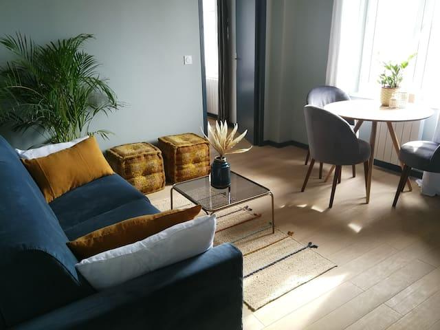 Coin séjour, avec sa table et ses chaises