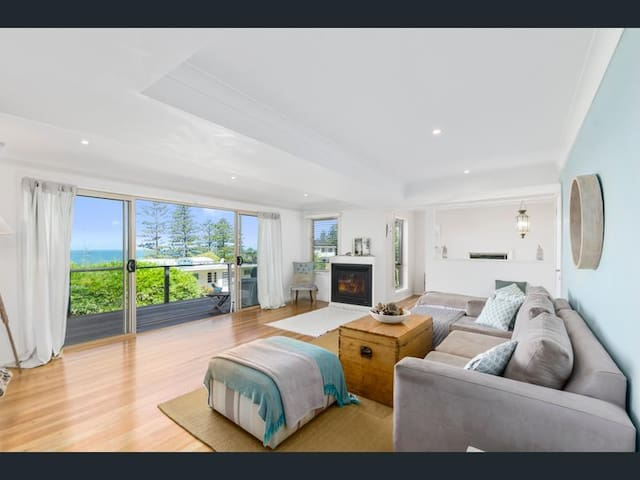 Sharkeys beach ocean views Coledale & Austinmer boundary with relaxed sea breezes & gas fireplace to keep you warm - great beach lifestyle with stroll down drive across road to secret goat beach track, spa bath to unwind in after all the sea fun!
