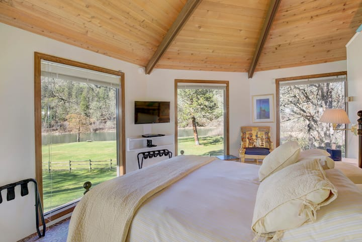 Octagon Studio / Beautiful Rogue River property