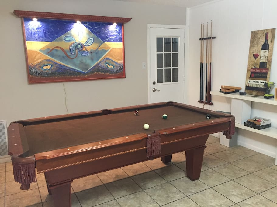 Pool table & wifi, tv with dvd for indoor fun. Downtown business or fun 15 minutes away.