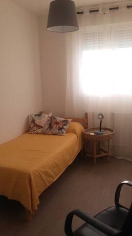 Habitación privada individual bien iluminada