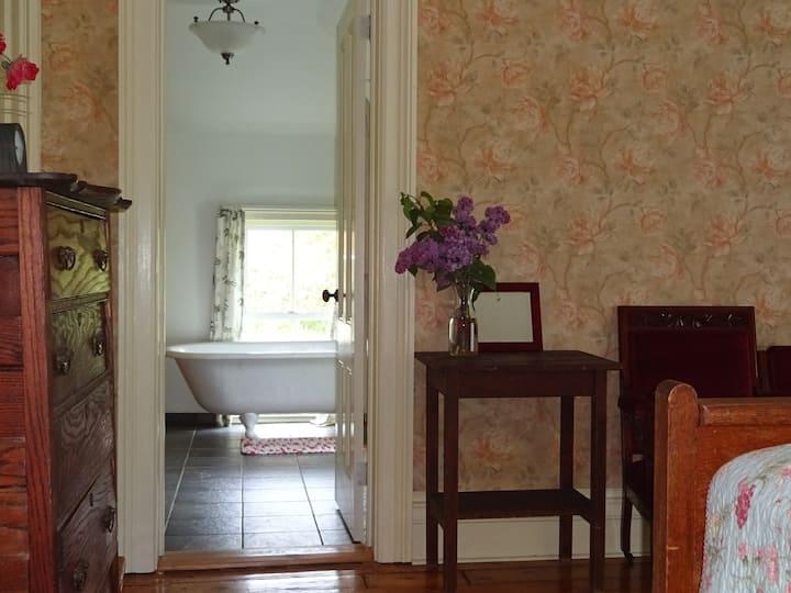 Arnold Farmhouse (Italianate - private bath)