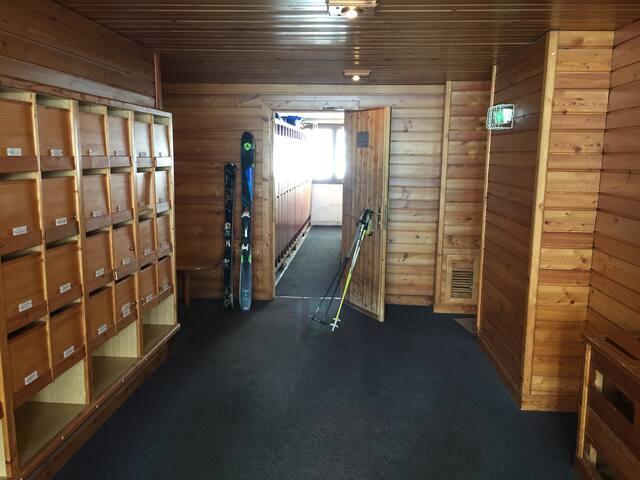 Grande salle fermée à clé pour se déchausser au chaud avec casier à skis pour l'appartement avec clé.