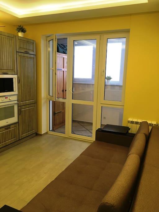 Просторная кухня с раскладным диваном