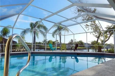 Beautiful Villa on Water with Pool and 3 Docks! - Cape Coral - Casa
