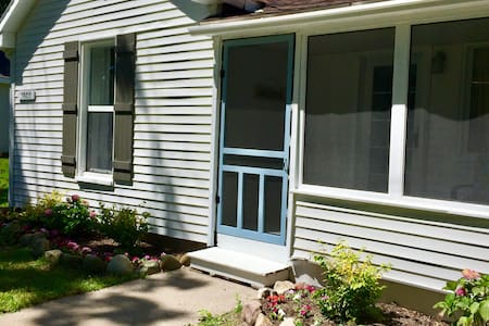Lovely (3 BR-2 Bath) Cottage 2 Blocks From Beach - Charlevoix - Casa