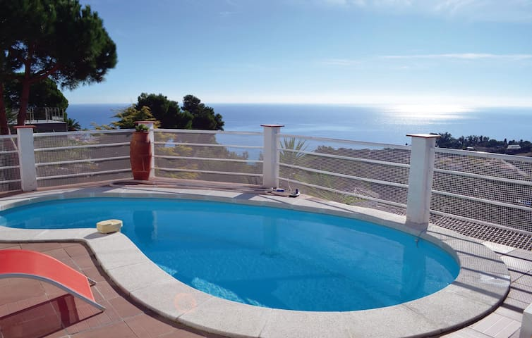 Holiday cottage with 4 bedrooms on 140 m² in Blanes