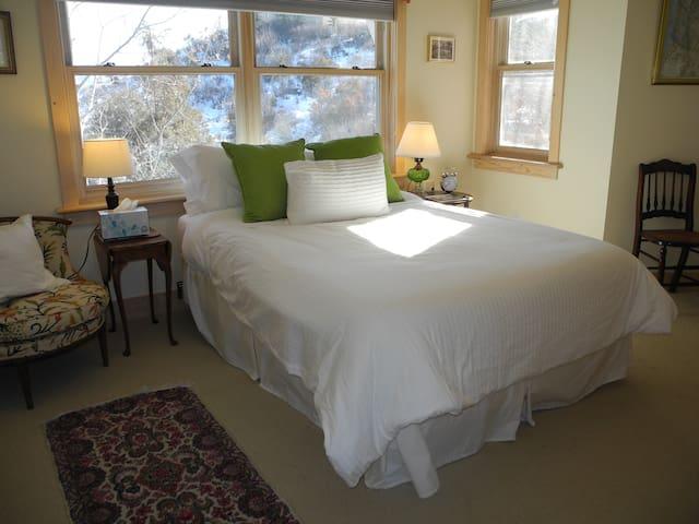 Private 2 Bedroom/Living Room/Bath Suite/Mtn Views