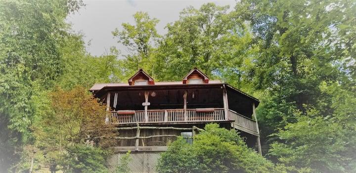 The Glass Mountain Treehouse~an artisan log cabin