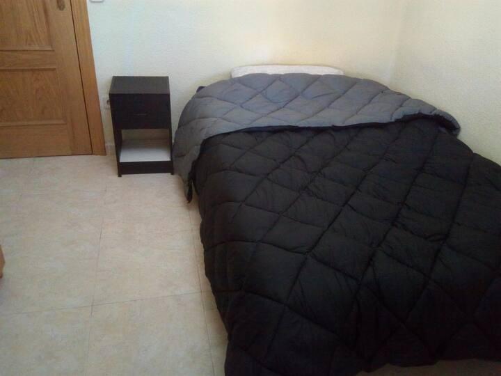 Habitación/Room en Madrid (La Elipa )