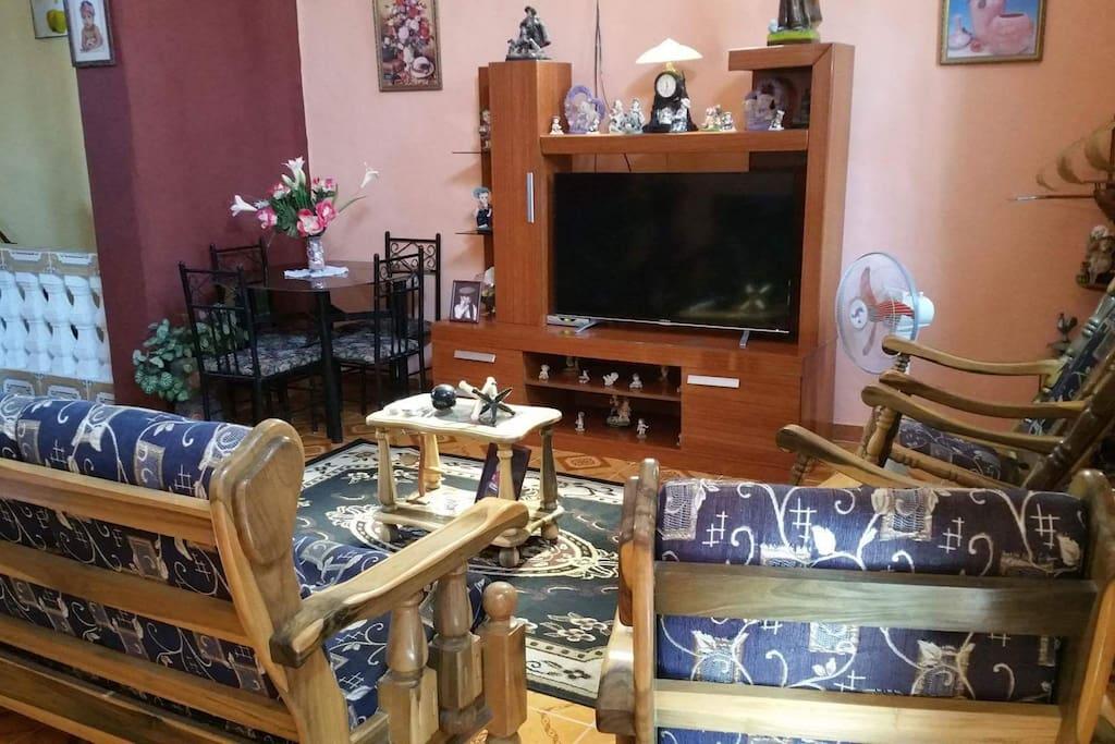 Sala comedor para el disfrute de los huéspedes con mesa de 4 sillas y otras comodidades.