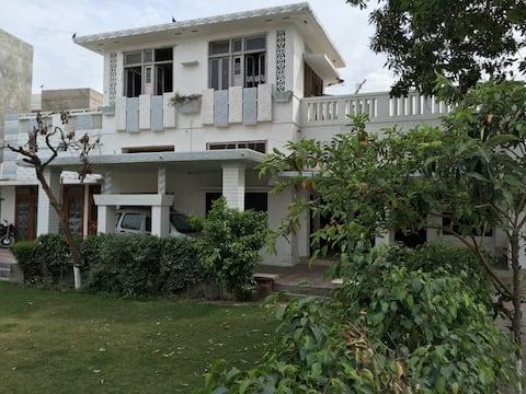 Casa en el centro de la ciudad con hermoso jardín