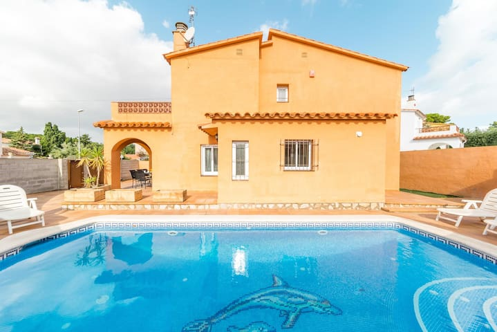 Gemma: House with private pool at 200 m. from the beach