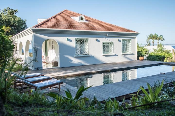 Villa Kigelia, maison créole années 30, vue mer.