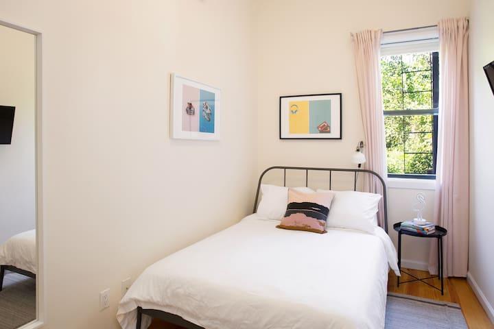 Fresh & Airy Private Bushwick Bedroom w/ 3 Trains!