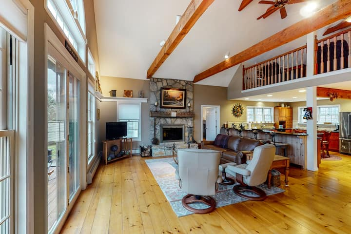 Magnificent Vermont home w/free WiFi, full kitchen, firepit, patio, & deck!