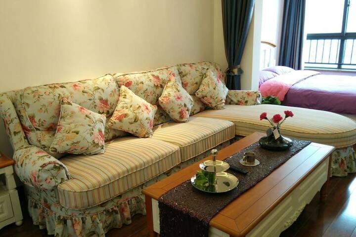 沙发、次卧和窗外的江山