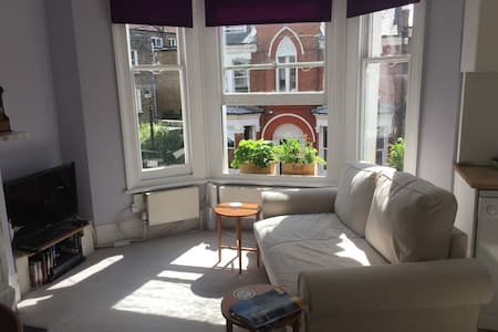 Light, airy and comfy 1 bed flat in Clapham North - London - Apartment
