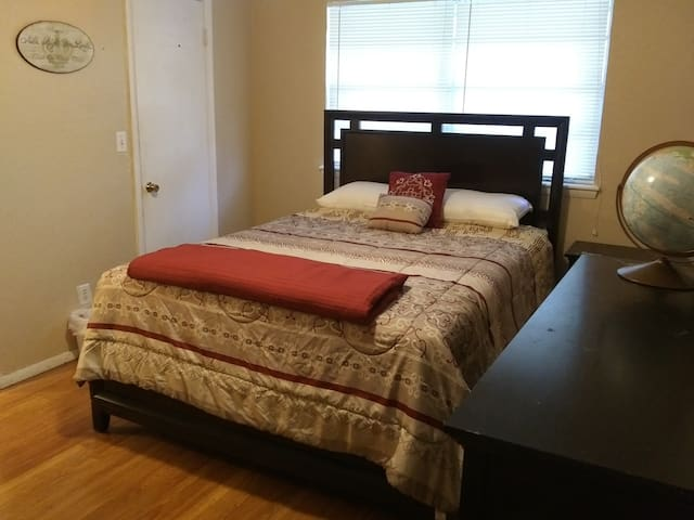 Eastwood Rm + private 1/2 bath, Queen bed