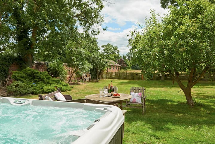 Hen Party Farmhouse with hot-tub sleeps 24
