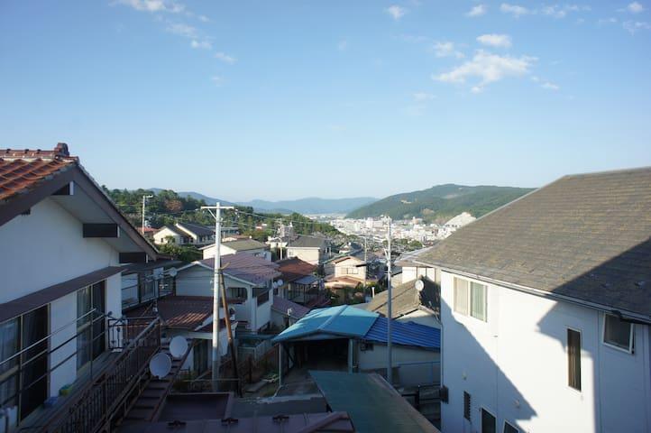 ROOM2からの眺め。石巻の中心市街地にほど近い丘の上の、静かな住宅街にあります。