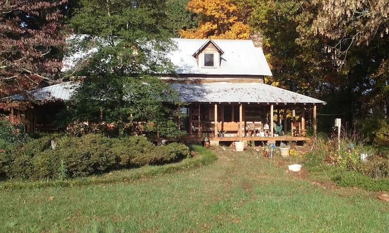 Old Log home on twenty acre farm - Statesville - Huis