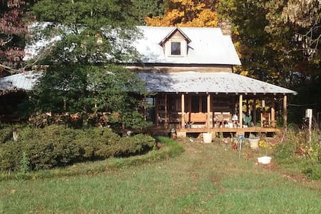 Old Log home on twenty acre farm - Statesville