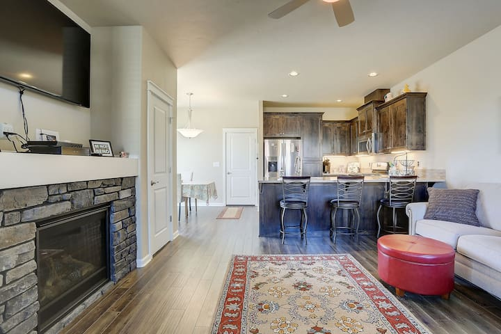 McCall Landing - ** 30 day minimum BEND townhome, Fireplace, Fenced Yard
