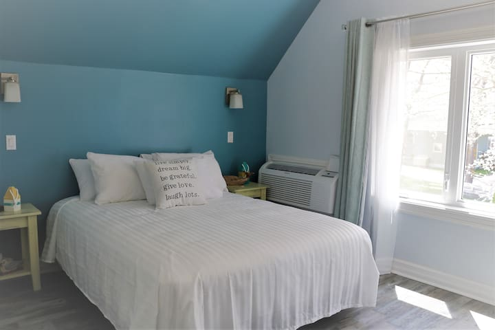 Suzanne Queen Suite (Silver Lining Inn)