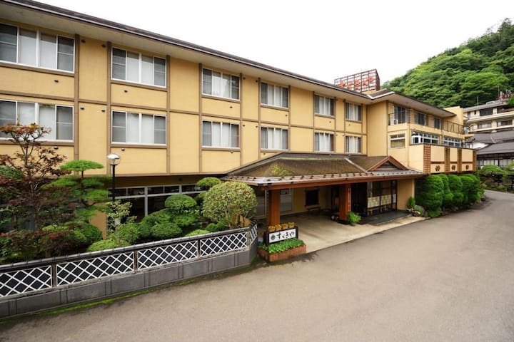"A 250 Year Old Japanese Ryokan Hotel ""Suzukiya"" with Hot Spring, Breakfast  Included 250年の歴史ある温泉旅館【朝食付・1名利用お任せ】"