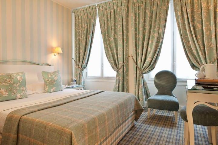 Large Charming Room **** near Champs Elysées