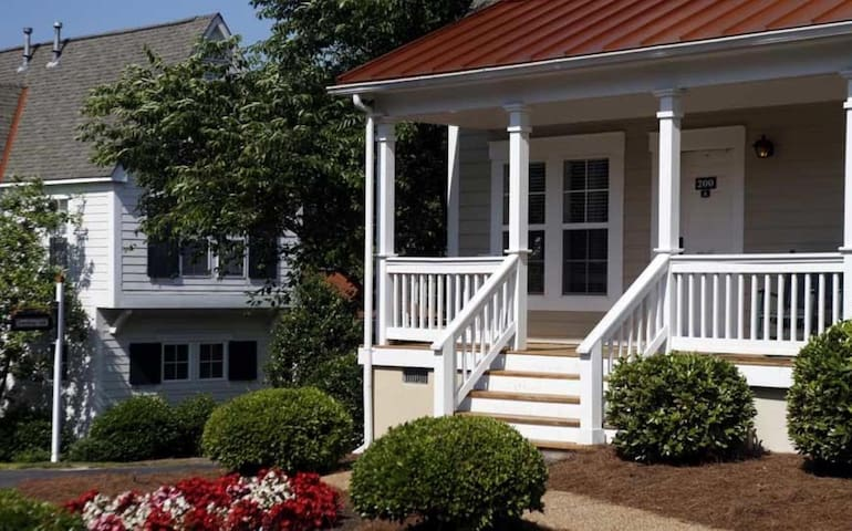 One Bedroom Luxury Cottage, Williamsburg, VA (A694)