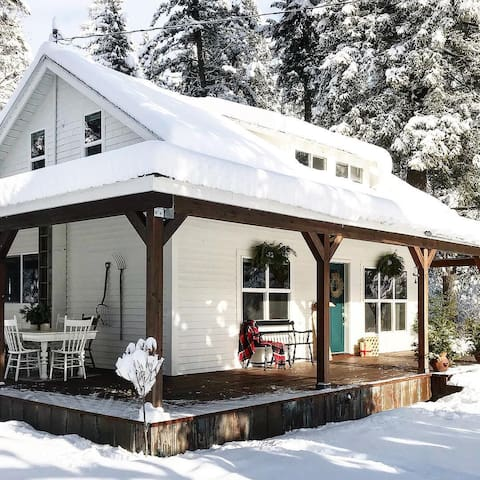 Cozy winter wonderland - perfect for snowmobiling (trail sign just off the property), cross-country ski out the front door or day trips to Whitefish and Blacktail mountain for downhill skiing. Nearby Flathead lake is also good for cross-country skiing along the shoreline.