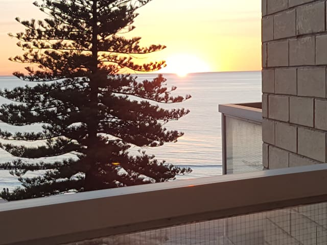 Spacious Quiet Beachside Apartment with THE view! - Glenelg - Apartamento