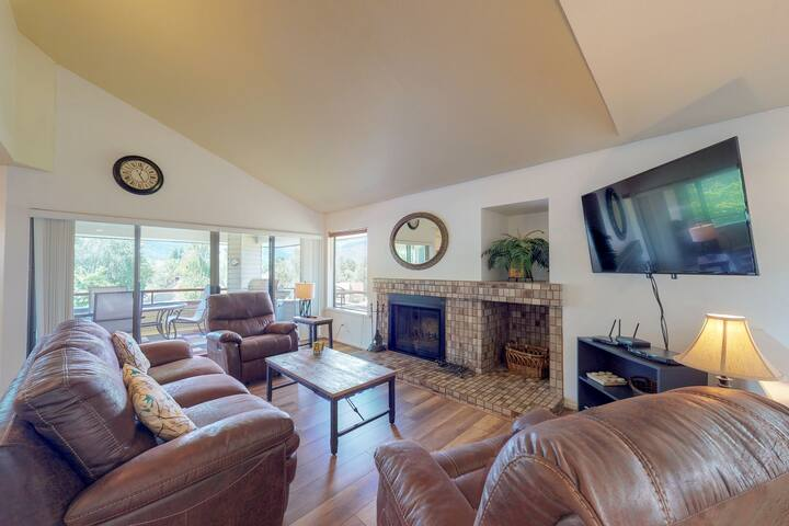 Refurbished townhouse with hot tub and private deck