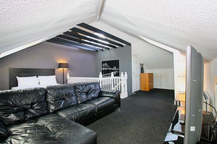 Deluxe Double Room near Bellahouston Park Glasgow