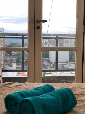 Apartamento céntrico con hermosa vista al cerro.