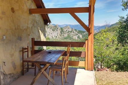 Maison en pierre au calme avec vue splendide
