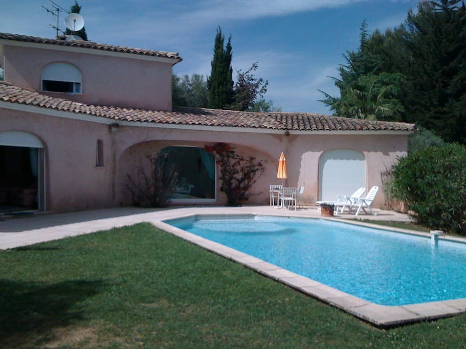 Belle villa moderne avec piscine houses for rent in for Piscine valbonne